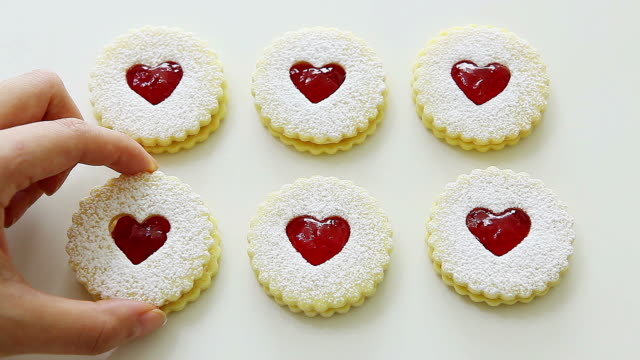 vidéos et rushes de heart shaped linzer cookies - groupe moyen d'objets