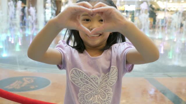 Herzschild durch kleine Asiatin