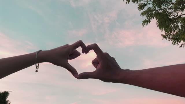 カップル恋人によって心のサイン - 手のしぐさ点の映像素材/bロール