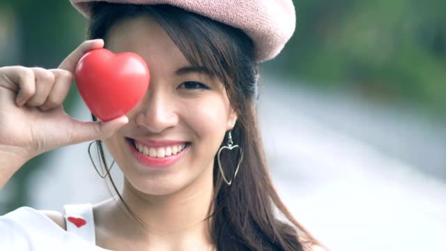 herzschild durch junge asiatin - zeigen stock-videos und b-roll-filmmaterial