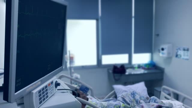 herzschlag puls war senior patient kochsalzlösung auf dem bett im krankenhaus gegeben. - kochsalzlösung infusion stock-videos und b-roll-filmmaterial