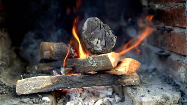 vídeos y material grabado en eventos de stock de hogar con leña ardiente - casita de campo
