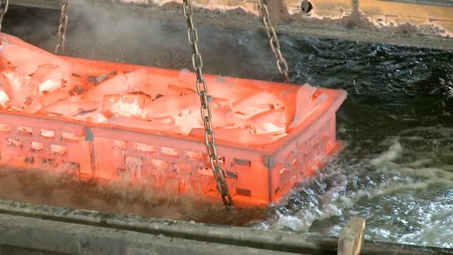 vídeos de stock, filmes e b-roll de calor tratamento de aço - metarlúgica