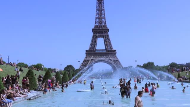 vidéos et rushes de a heat wave hits paris - pelouse