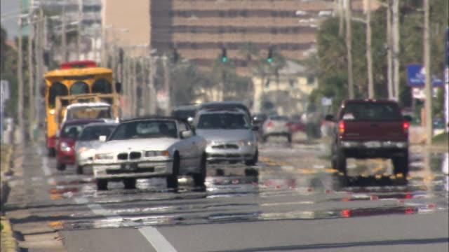 vídeos de stock, filmes e b-roll de heat waves distort vehicles traveling on streets. - onda de calor fenômeno natural