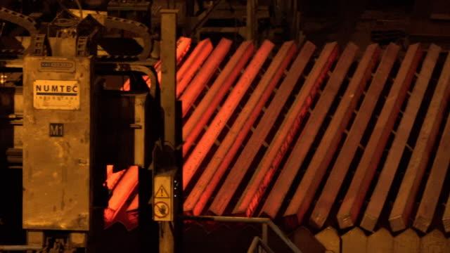 vídeos y material grabado en eventos de stock de heated metal blanks at industrial factory floor - forma de barra