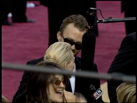 vídeos de stock, filmes e b-roll de heath ledger at the 2004 academy awards arrivals at the kodak theatre in hollywood, california on february 29, 2004. - heath ledger