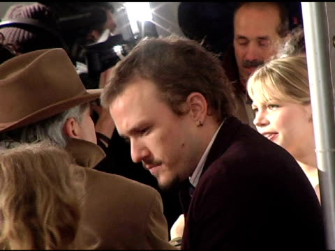 vídeos de stock, filmes e b-roll de heath ledger freezing in the cold at the 'brokeback mountain' new york premiere at lowes lincoln square in new york, new york on december 6, 2005. - heath ledger