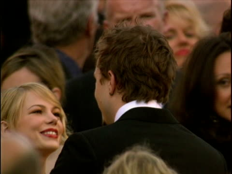 vídeos de stock, filmes e b-roll de heath ledger, michelle williams at the 78th annual academy awards - arrivals at hollywood california. - heath ledger
