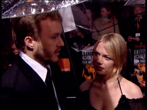 vídeos de stock, filmes e b-roll de heath ledger on which films he enjoyed. at the the orange british academy film awards 2006 - red carpet at london . - heath ledger