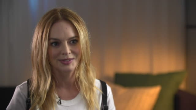 vídeos de stock e filmes b-roll de heather graham talking about a male movie producer who assumed a business meeting to be a date - atriz