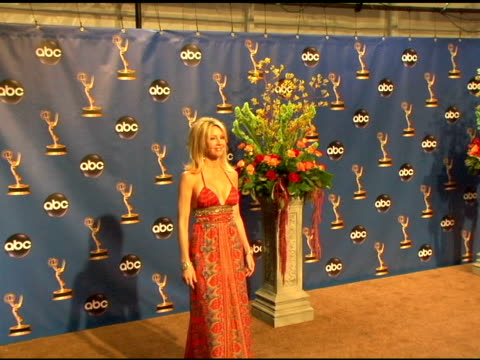 vídeos y material grabado en eventos de stock de heather locklear, presenter of outstanding supporting actor in a drama series at the 2004 primetime emmy awards press room at the shrine auditorium... - premio emmy anual primetime