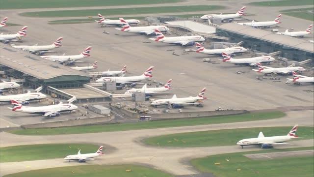 heathrow airport aerials air views / aerials heathrow airport with british airways aircraft parked at gates taxiing taking off and landing good shots... - air traffic control点の映像素材/bロール