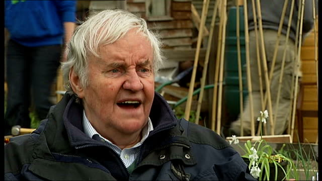 heathrow airport third runway: richard briers joins campaigners; richard briers interview sot green field near sipson allotment site richard briers... - richard briers stock videos & royalty-free footage