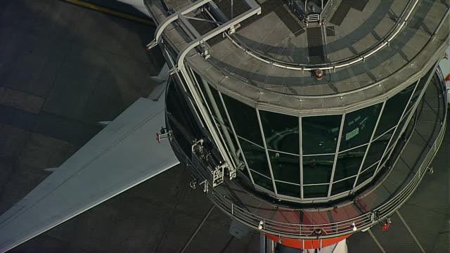 heathrow tower 2 - torre di controllo video stock e b–roll