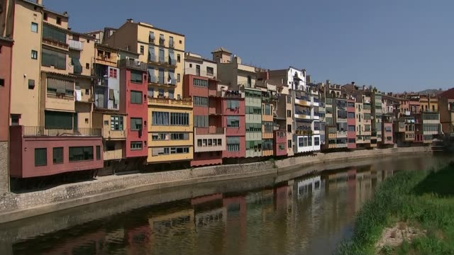 vídeos de stock e filmes b-roll de heatwave breaking records with temperature passing 45 degrees celsius; spain: catalonia: girona: ext wide shot of cityscape man along road woman... - toalha
