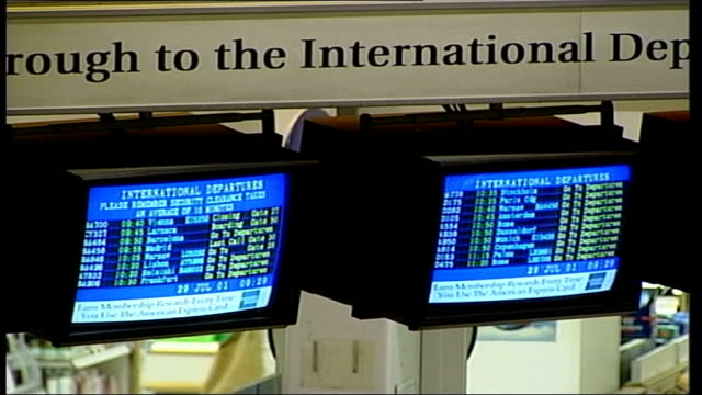 vidéos et rushes de heathrow airport; itn england: london: heathrow airport: int gvs people in departures lounge / people sitting down / people at check-in desks /... - format raw