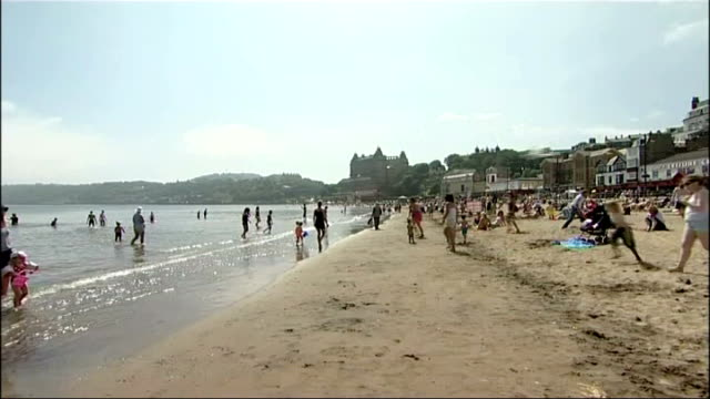 stockvideo's en b-roll-footage met heatwave continues with hotter weather to come england yorkshire scarborough people on the beach - scarborough engeland