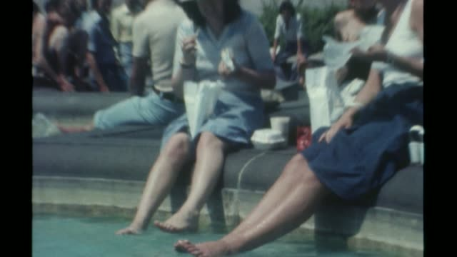vídeos de stock, filmes e b-roll de hottest june day for 41 years t14051126 women cooling off feet in trafalgar square fountain - 1976