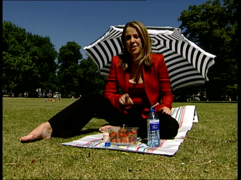 stockvideo's en b-roll-footage met heatwave itn gv hyde park woman lying sunbathing man jogging away thru park people sitting around on grass i/c steve gracey interview sot we have... - jogster