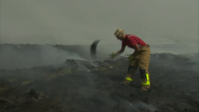lancashire fires continue as new blaze near chorley started deliberately; uk, lancashire: firefighters tackling moorland fire, lancashire fire and... - itv weekend late news点の映像素材/bロール