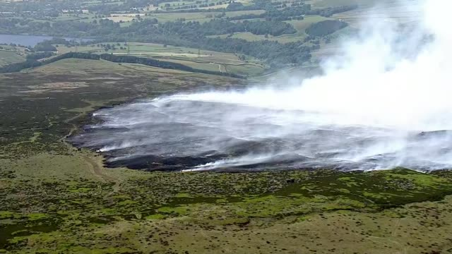 vídeos y material grabado en eventos de stock de saddleworth moor fire: fires 'could take weeks' to die out say fire brigade; uk, greater manchester: fire fighters and british troops tackle... - erial