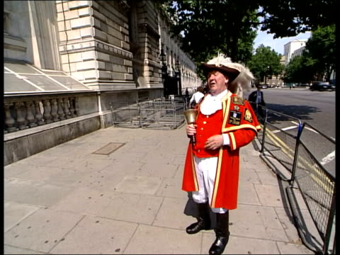 Working conditions ITN ENGLAND London Man dressed as town crier ringing bell and shouting 'Welcome to London on a very very very hot day' SOT...