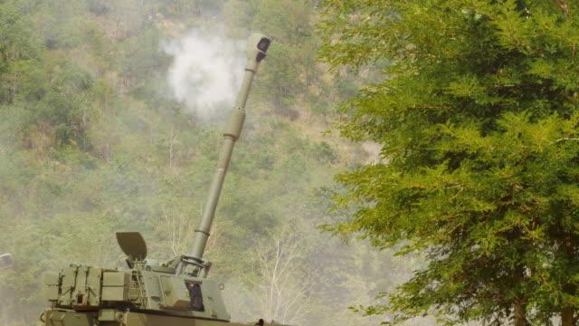 schwere artillerie erschossen. panzer - schwer stock-videos und b-roll-filmmaterial