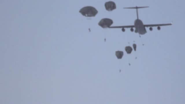 vídeos y material grabado en eventos de stock de heavy cargo drop followed by airborne soldiers jumping at the deadhorse drop zone and uh-60 arctic operations at arctic pegasus 2014. this mobility... - heavy goods vehicle