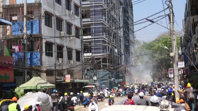 heavy clashes erupted on monday, march 1, in myanmar as police intervened in protesters and fired tear gas to disperse them. sunday was the deadliest... - ミャンマー点の映像素材/bロール
