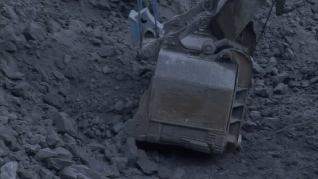stockvideo's en b-roll-footage met a heavy duty digger scoops shale at a surface mine. - schalie