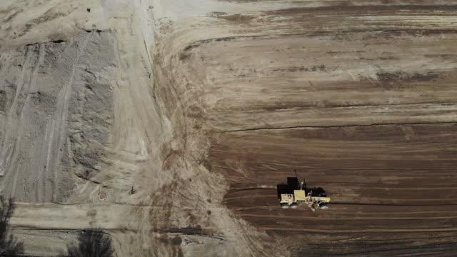 vidéos et rushes de heavy equipment and construction site industrial 4k drone areal vidéo - récession