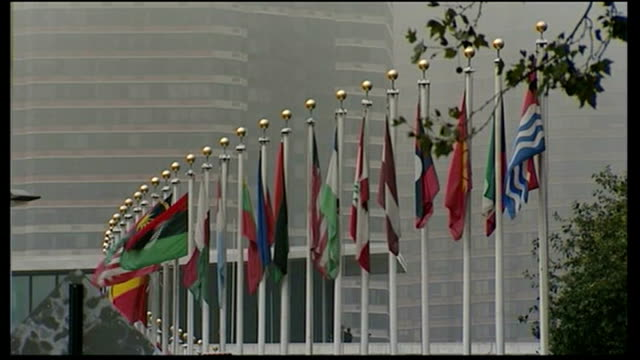 heavy fighting continues / russia and china veto un resolution t23091101 new york united nations ext flags flying outside un building low angle gv of... - itv weekend lunchtime news点の映像素材/bロール