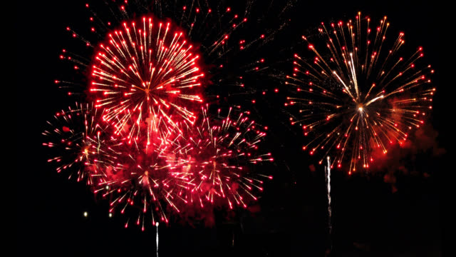 schwere feuerwerk 4k inklusive audio - audio available stock-videos und b-roll-filmmaterial