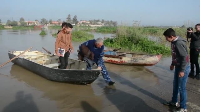 vídeos de stock, filmes e b-roll de heavy floods hit iraq's salaheddine province north of baghdad forcing civilians to evacuate their homes - bagdá