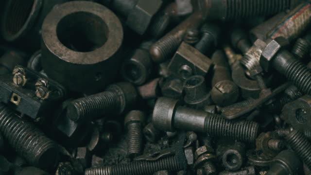 schwere industrielle sparepart hintergrund. schraube, nagel, zahnräder, rost. - machine part stock-videos und b-roll-filmmaterial