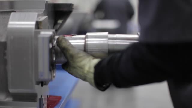 schwerindustrie - fertigung - vorbereitung auf die bewegung eines schweren objekts - förderleitung stock-videos und b-roll-filmmaterial