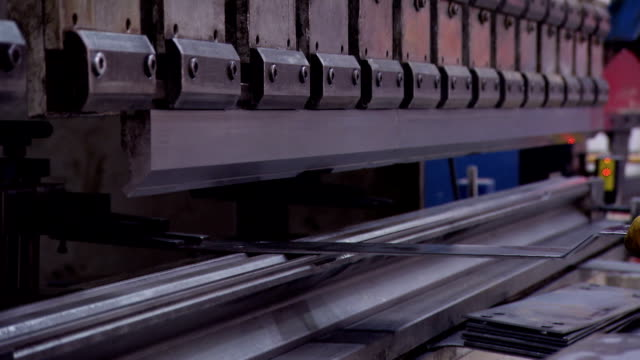 vídeos de stock e filmes b-roll de indústria pesada-folha de metal dobrar - curvar se