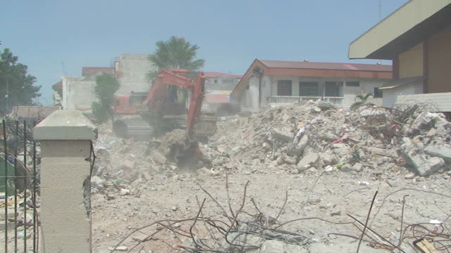 Heavy machinery clears away rubble after earthquake in Padang city / AUDIO