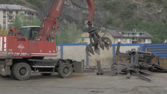 heavy machinery dismantling a metal structure - dismantling stock videos & royalty-free footage