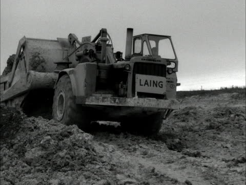 heavy machinery drvies over mud and earth during the construction of the m1 motorway 1959 - roadworks stock videos & royalty-free footage