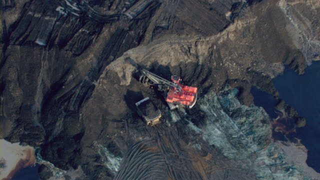 heavy machinery works in the athabasca oil sands in alberta, canada. - アルバータ州点の映像素材/bロール