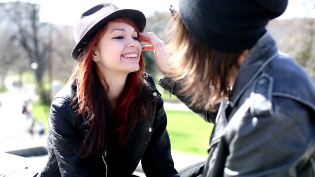 vidéos et rushes de heavy metal couple en amour - couple d'adolescents