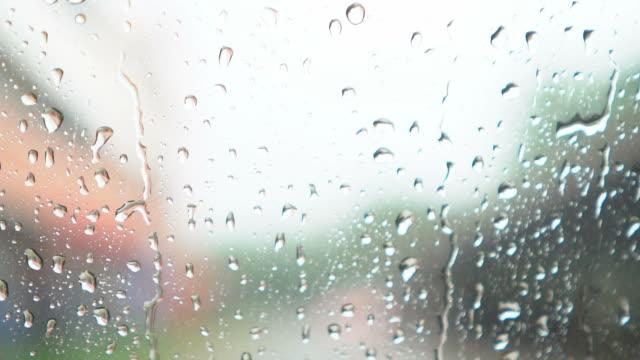 vídeos y material grabado en eventos de stock de lluvia fuerte y gotas de lluvia en la ventana - buena condición