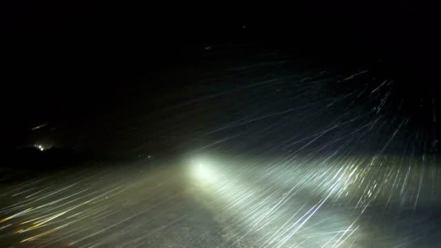 vidéos et rushes de heavy rain and strong wind blow past car headlights at night as tropical cyclone blake hits australia - phare de véhicule