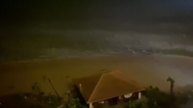 vídeos y material grabado en eventos de stock de heavy rain and strong winds batter the us gulf coast as hurricane laura makes landfall in the southern us state of louisiana - gulf coast states