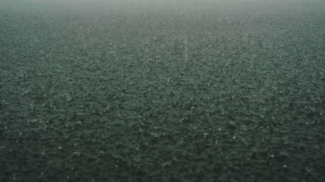 vidéos et rushes de fortes pluies à la rivière - vidéo de stock - orage