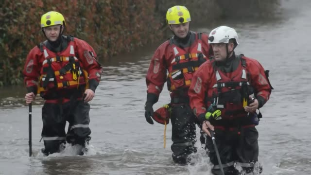 heavy rain brings further flooding ahead of arrival of storm jorge uk yorkshire east cowick west cowick flooding in the villages as villagers use... - walking in water stock videos & royalty-free footage