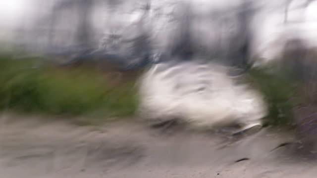 Starker Regen auf der Straße in der Nähe von elektrischen Hochspannungsmasten
