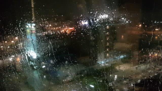 ガラス窓と高い建物の壁をクリアする大雨 - 濡れている点の映像素材/bロール
